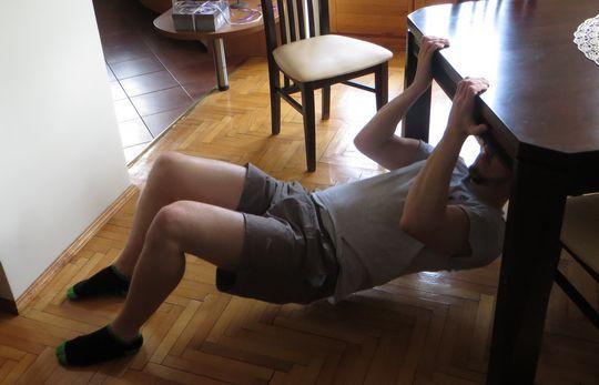 ćwiczenia bez sprzętu na biceps w domu